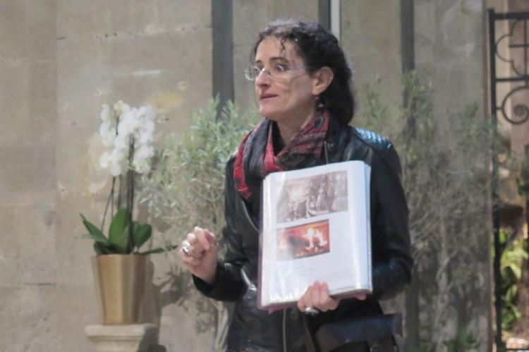 Mélanie Bienfait présentant les traditions de Noël, en décembre 2017