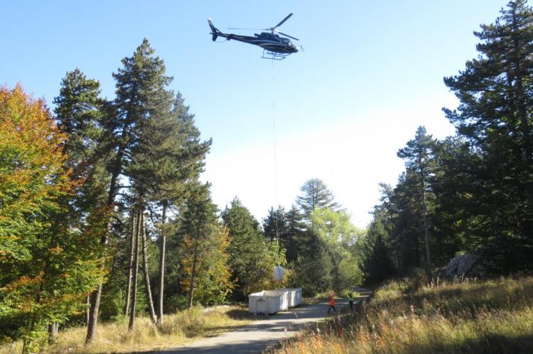 L'hélicoptère évacue les déchets