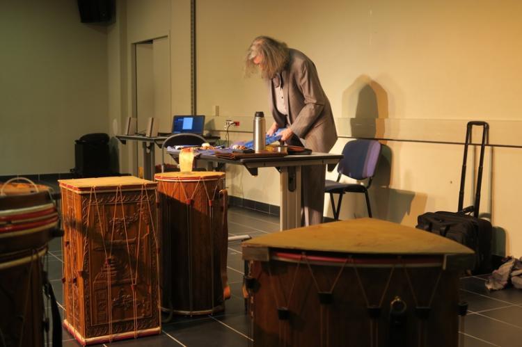 André Gabriel. Au premier plan un tamboutin triangulaire et un tambourin carré.