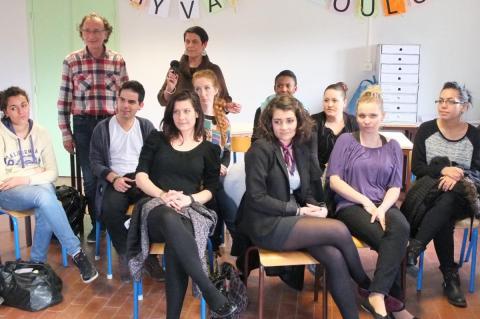 Les élèves ont tenu à psoer avec leur professeur et l'artiste