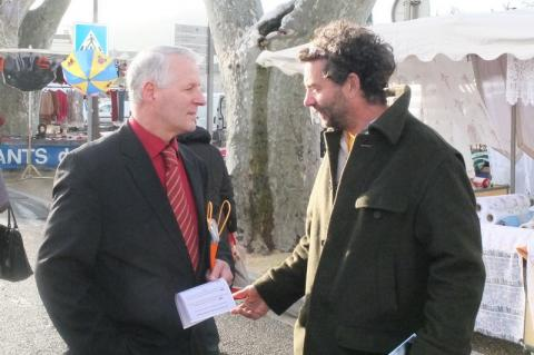 Richard-François Gozales (à gauche) rencontre un habitant