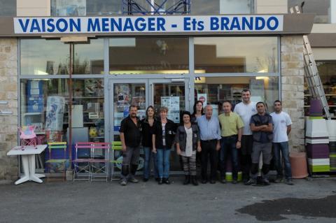 La famille Brando entourée des employés