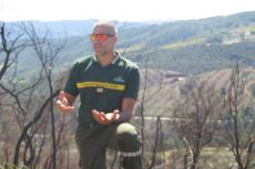 Martin Brechu devant la forêt calcinée